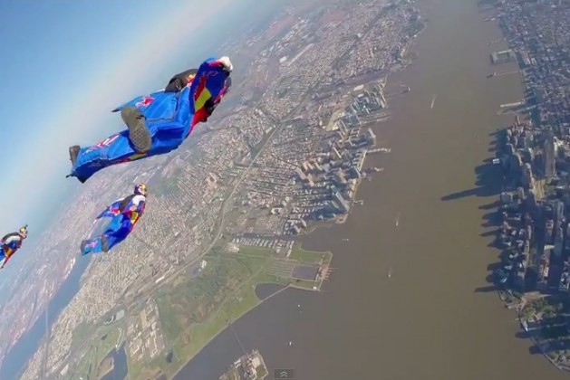 A Breath-Taking Free Fall of Skydiving Wingsuit Flyers Zooming 120mph Over New York City. This Extreme Group Looks Like A Team Of Super Heroes!