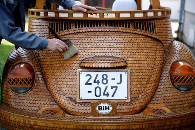Retired Man Spends 2 Years Completely Covering His Volkswagen Beetle In Oak Wood Trim. Wow! The Final Result Is Really Eye-Catching And Looks Totally Amazing!